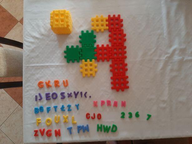 Alfabet i klocki dla dzieci.