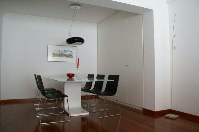 Conjunto de mesa e cadeiras de sala de Jantar e mesa de apoio - design