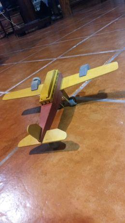 avião antigo em madeira