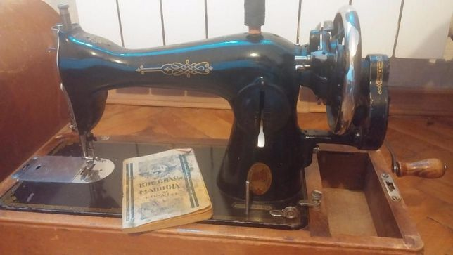 Швейная машина класса 1-М с ручным приводом на деревянной подставке