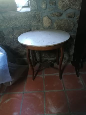 Mesa de centro tampo em mármore