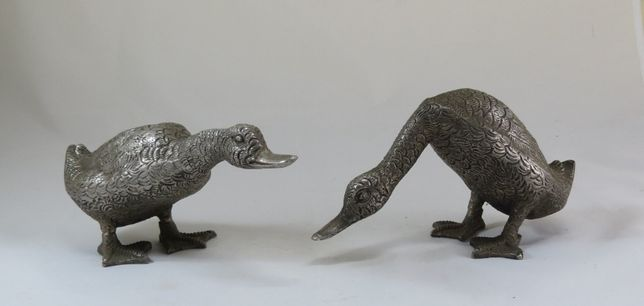 Par de patos em metal prateado; Século XX; Altura – 10cm;