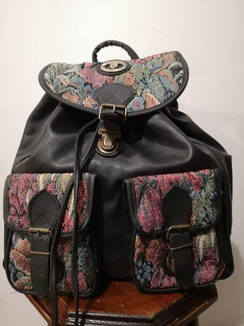 Czarny plecak z kolorowymi haftami