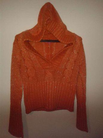 Pomarańczowy sweter z kapturem