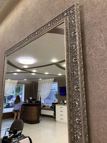 Зеркало в деревянном багете