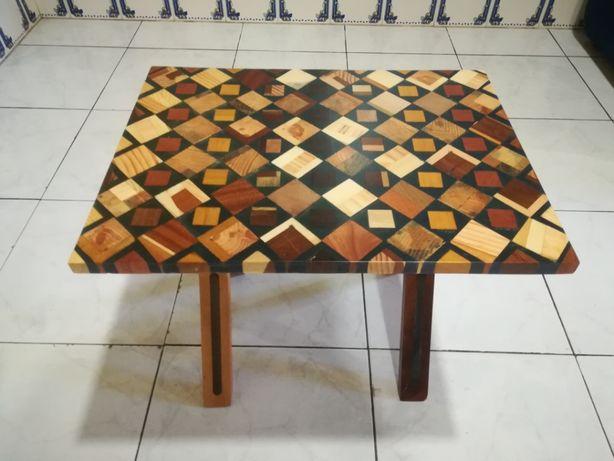 Mesa de madeira e resina acrílica