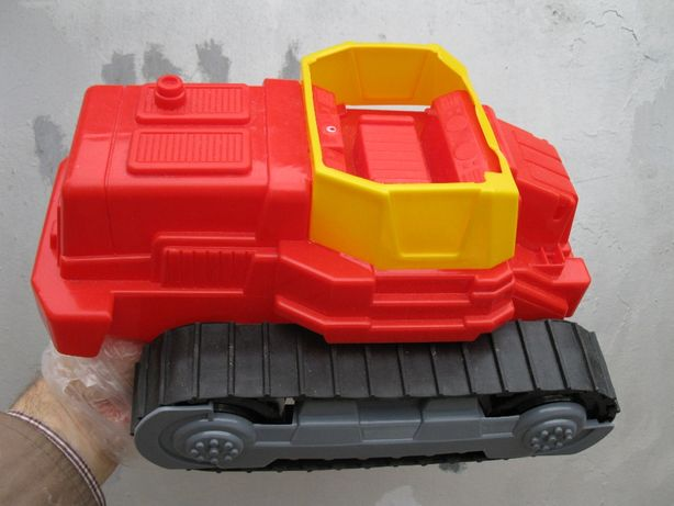 Игрушка трактор на резиновых гусеницах