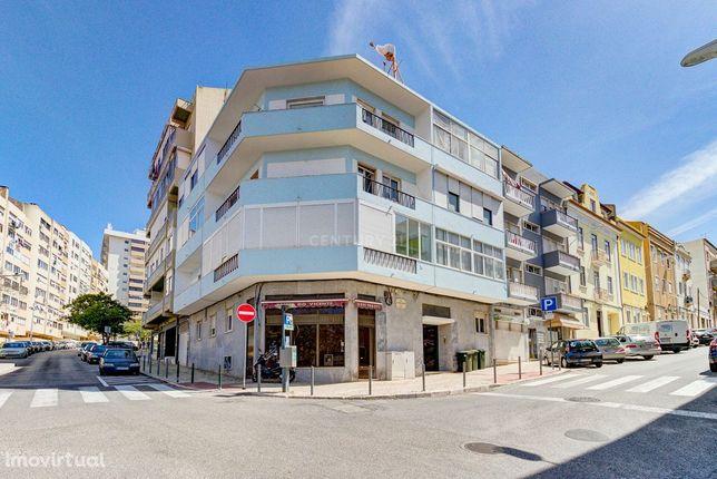 Loja com 44 m2 localizada na Rua António Nobre junto aos Maristas