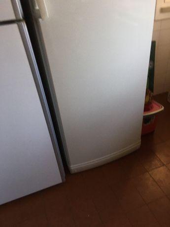 Arca congelador vertical Gorenje com problema