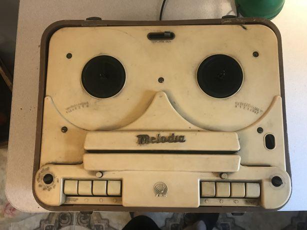 Stary magnetofon Melodia.
