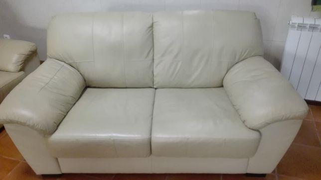 Dois sofás em pele bege
