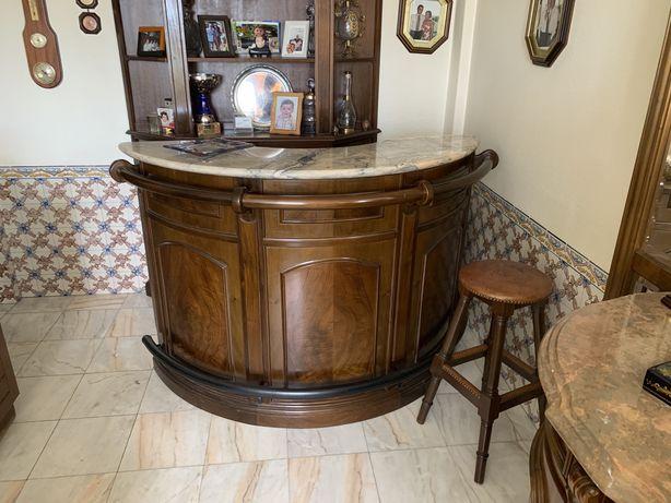 Bar de sala em madeira com tampo marmore