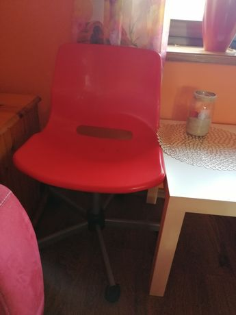 Krzesło na kółkach czerwone