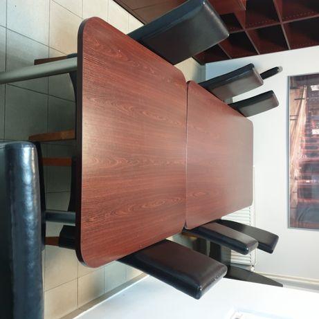 Ładny stół konferencyjny z dostawką i krzesłami