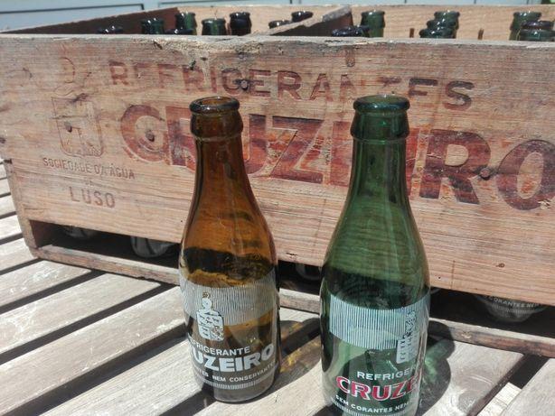Grade de madeira e garrafas de refrigerante cruzeiro vintage