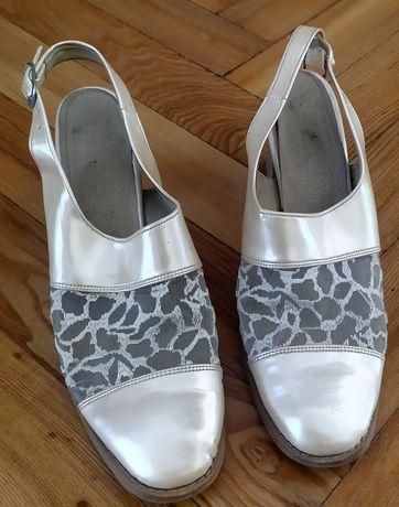 Perłowe pantofle bez pięty na słupku