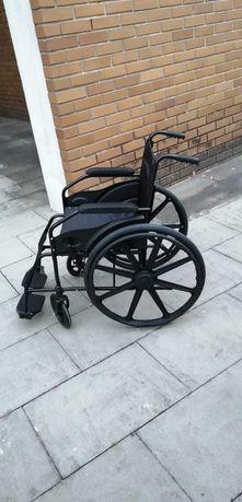 Cadeira de rodas manual, dobrável e leve.