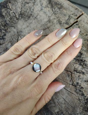 Pierścionek elastyczny z pereł perły monetka masa perłowa selfie
