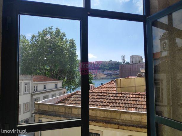 Excelente sala/escritório com grande vista para o Rio Douro, logo n...