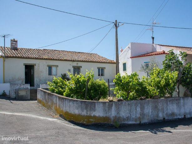 Moradia T2 com pátio e terrenos para cultivo em Corujos -...