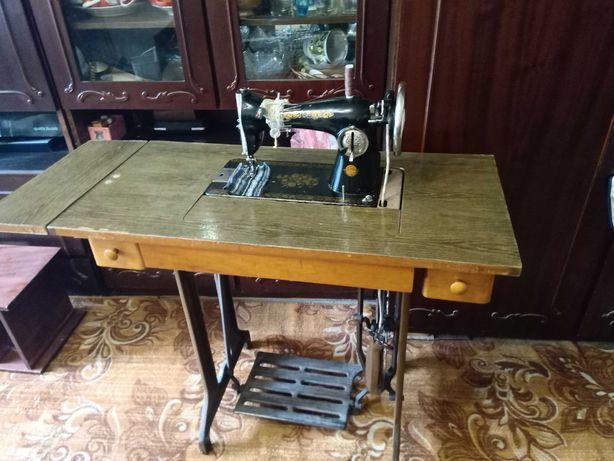 Швейная ножная машинка. В отличном рабочем состоянии.