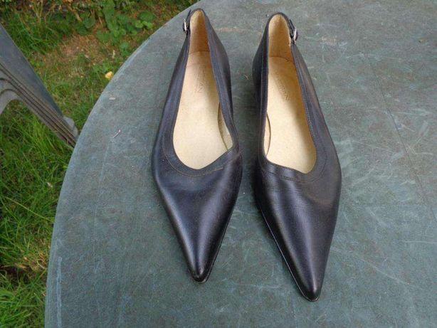 Sapatos em pele cor preta sola de couro nº 38 novos