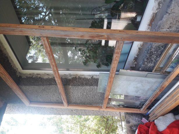 Деревяна балкона рама з вікнами з натурального дерева