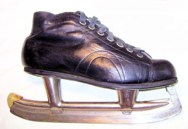 Коньки с кожаными черными ботинками производства СССР.