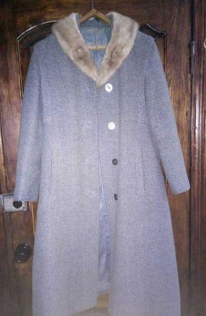 Пальто зимнее драповое с норковым воротником.