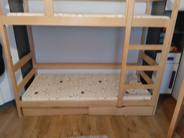 Łóżko piętrowe z materacami.