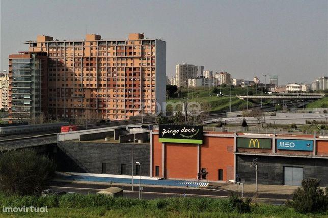 T2 no Complexo Comercial e Torres da Bela Vista (Metro), c/ parqueam