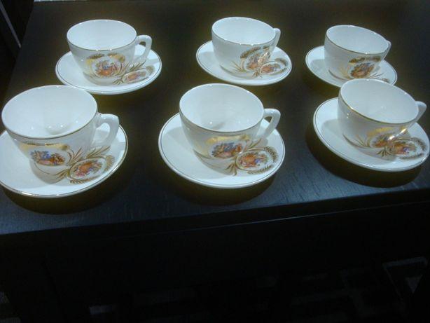 conjunto de chávenas e uma jarra antigas