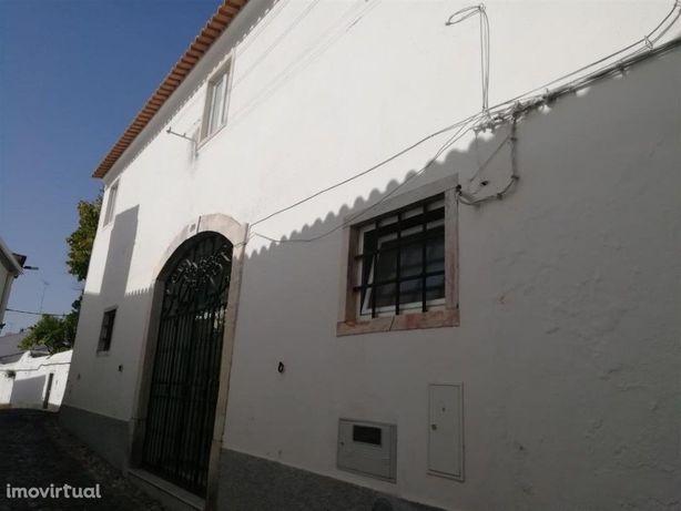 Vende-se moradia no centro histórico de Estremoz!