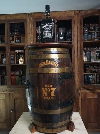 pipo Bar Jack Daniels com gravação pintada a dourado.
