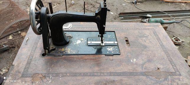Старинная швейная машинка Opel с ножным приводом.