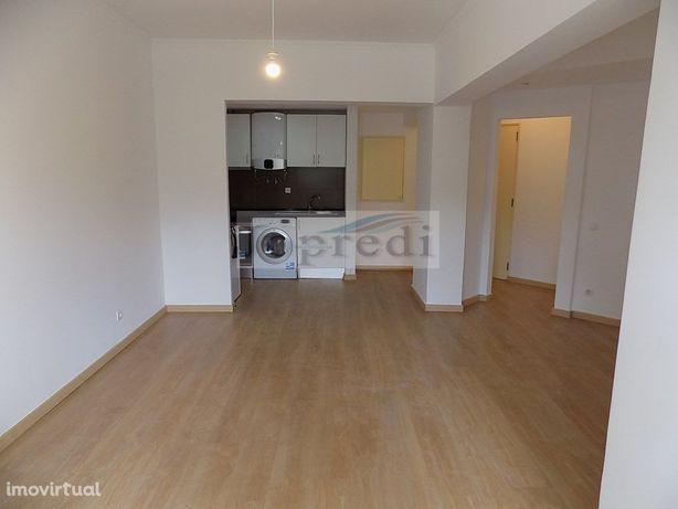 Apartamento T0 renovado em Paço de Arcos