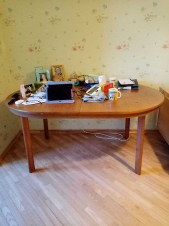 продается овальный стол деревянный