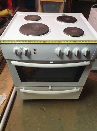 Kuchenka elektryczna z piekarnikiem electrolux