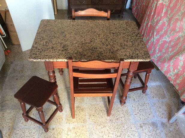 Mesa com bancos e cadeiras