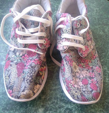 Яркие тканевые кроссовки