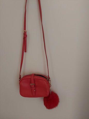 Czerwona mała torebka Pull&Bear z pomponem futrzak na ramię do ręki
