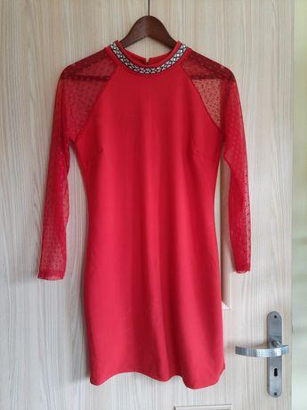 Czerwona sukienka, koronka w kropki