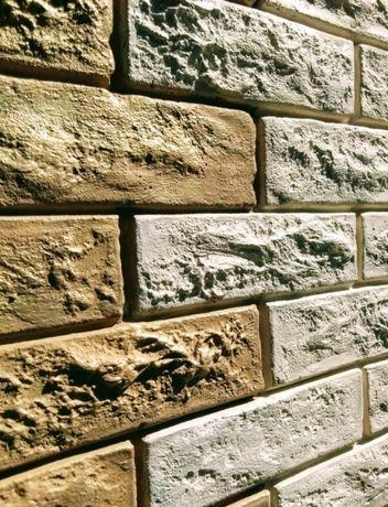 Стена под дерево и камень из клея.Крепкое сцепление клея со стеной.
