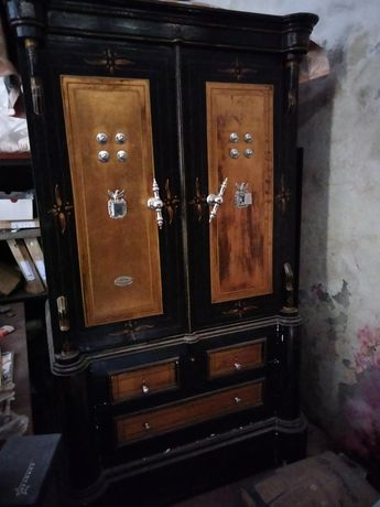Cofre antigo com 2 portas