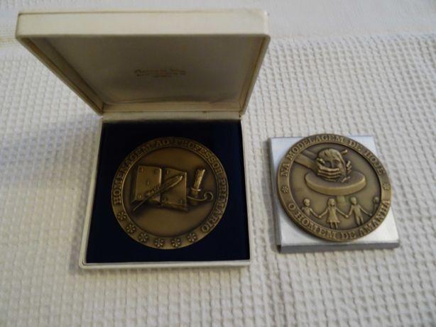 Duas medalhas comemorativas ao professor primário