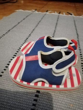 Sandálias de criança novas. Tm 25.