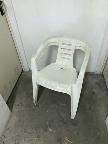 2 cadeiras de plástico brancas exterior