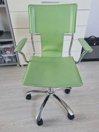 Krzesło obrotowe do biurka.