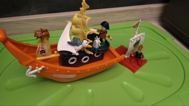 Statek piracki z tratwą