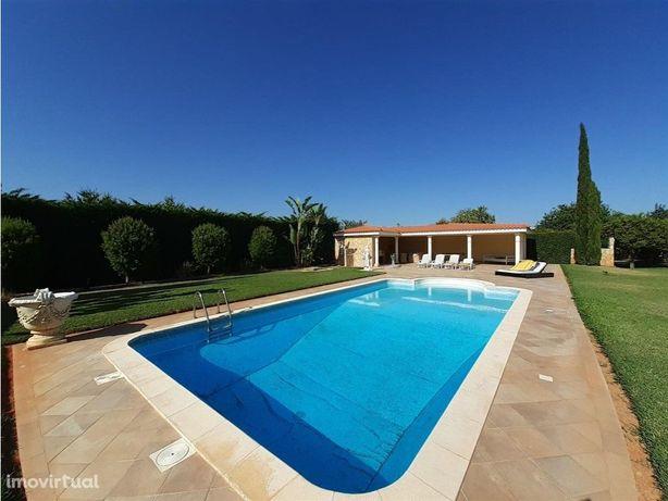 Moradia com 2 piscinas em lote com 5.550 m2